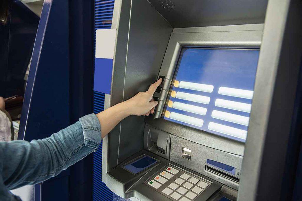 Chi tiết 2 cách chuyển tiền qua ATM Vietcombank cùng và khác hệ thống