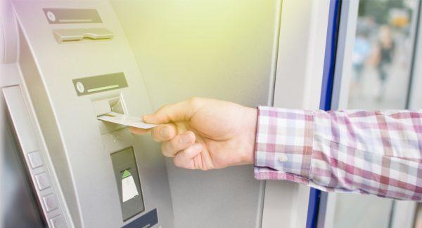Bước 1: Đưa thẻ ATM vào khe đọc ngay ngắn và đúng chiều quy định.