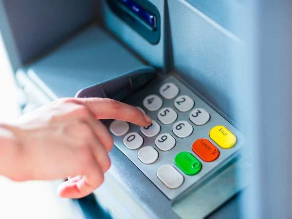 Bước 3: Tiếp theo đó, nhập chính xác mã PIN gồm 6 chữ số để bắt đầu tiến trình rút tiền. Nhằm bảo mật thông tin thẻ Visa, tránh bị kẻ xấu lợi dụng để chiếm đoạt tài sản bất hợp pháp, khi nhập mã PIN khách hàng nên dùng tay che lại. Rồi nhấn OK hoặc Enter để sang bước tiếp theo.